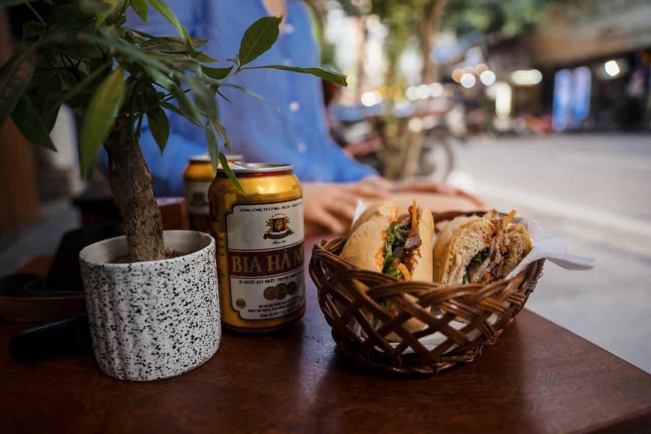 Aziatisch eten en een blikje bier in de straten van Vietnam.