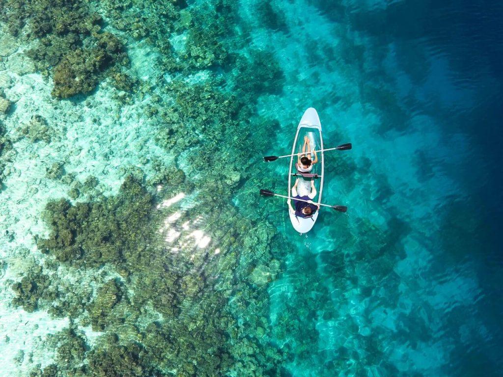 Een koppel aan het kanoën bij de Great Barrier Reef in Australië