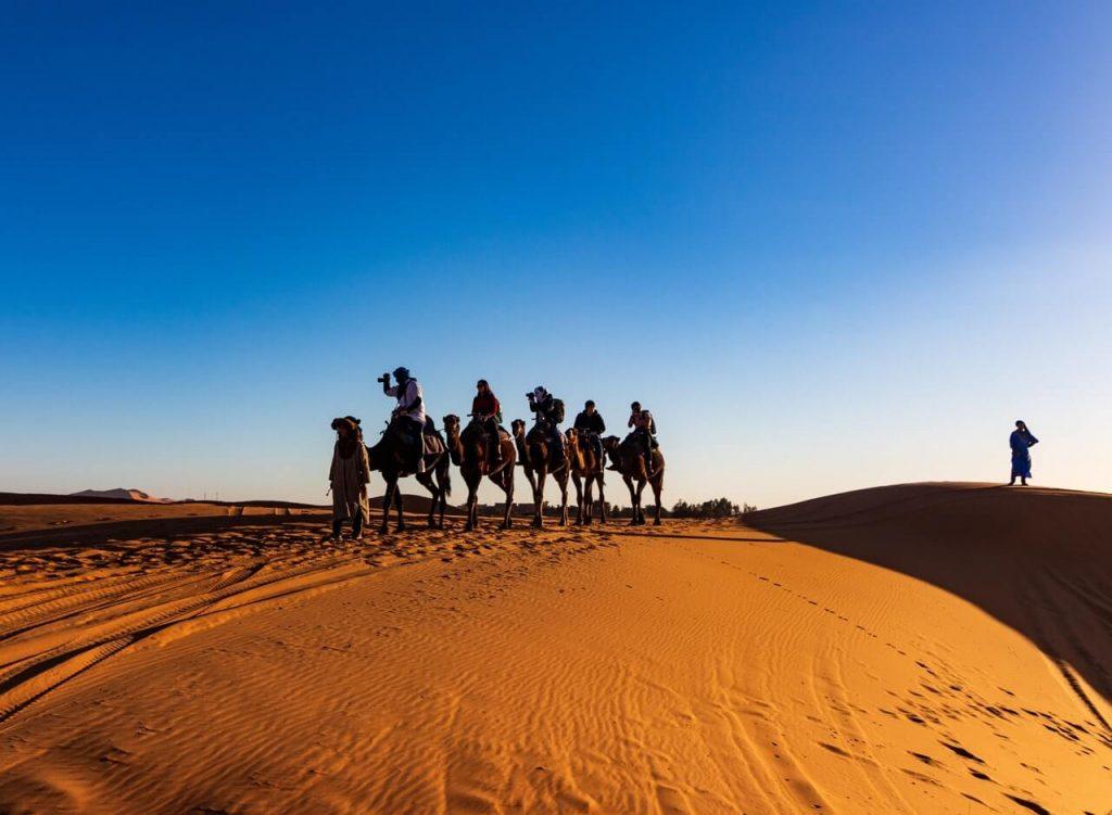 Kamelentocht in de woestijn van Marokko