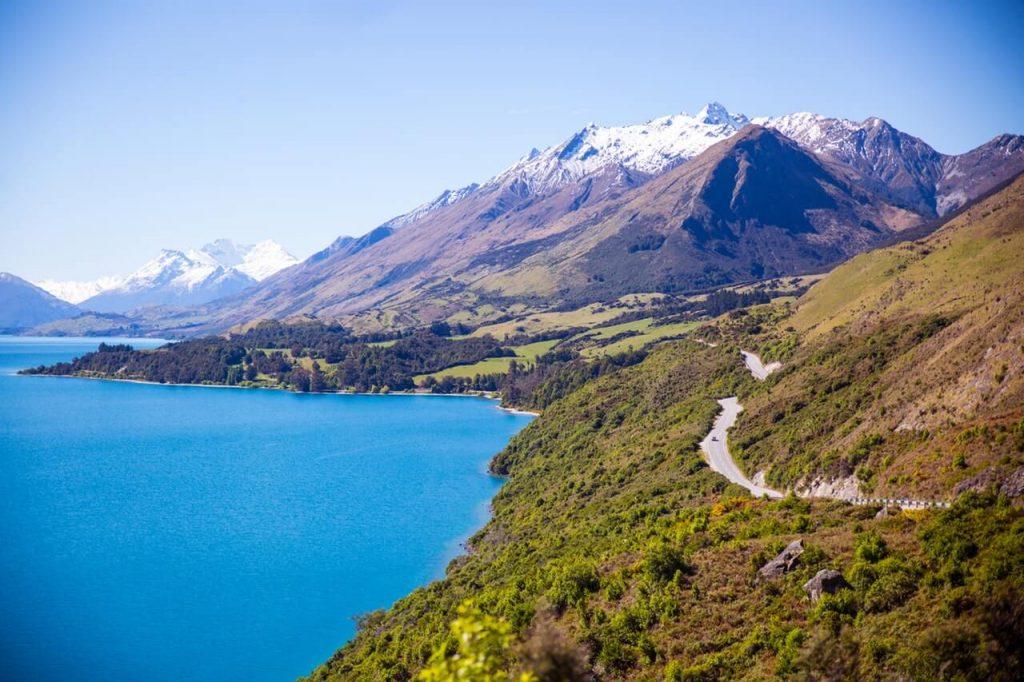 Bergen en mooi blauw water in Nieuw-Zeeland