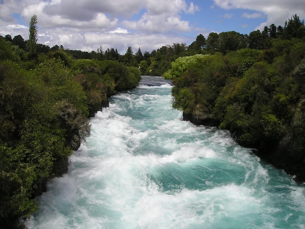 Wilde rivier midden in de natuur van Nieuw-Zeeland