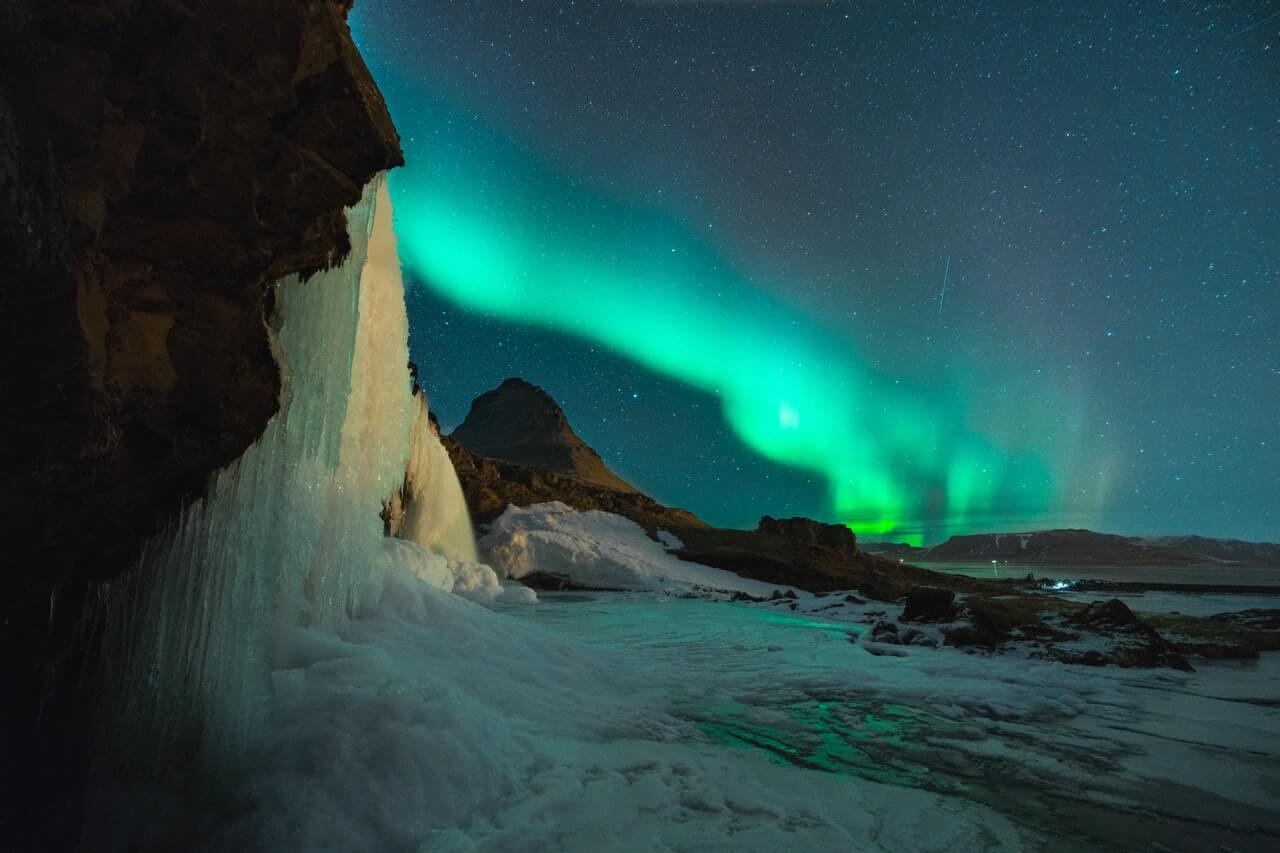 Het noorderlicht aan de helderblauwe hemel in IJsland.