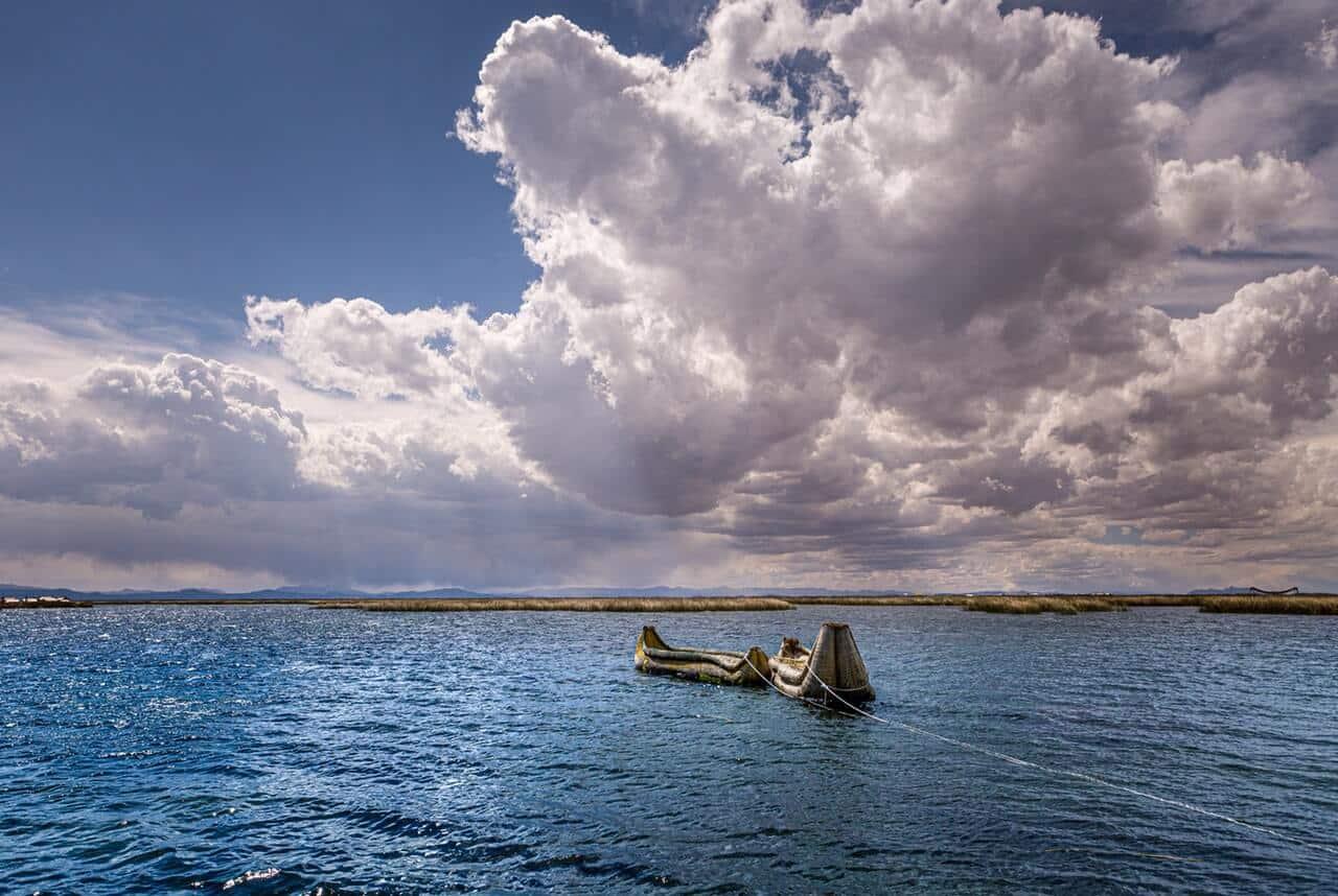 Twee boten aangelijnd op het water in Peru