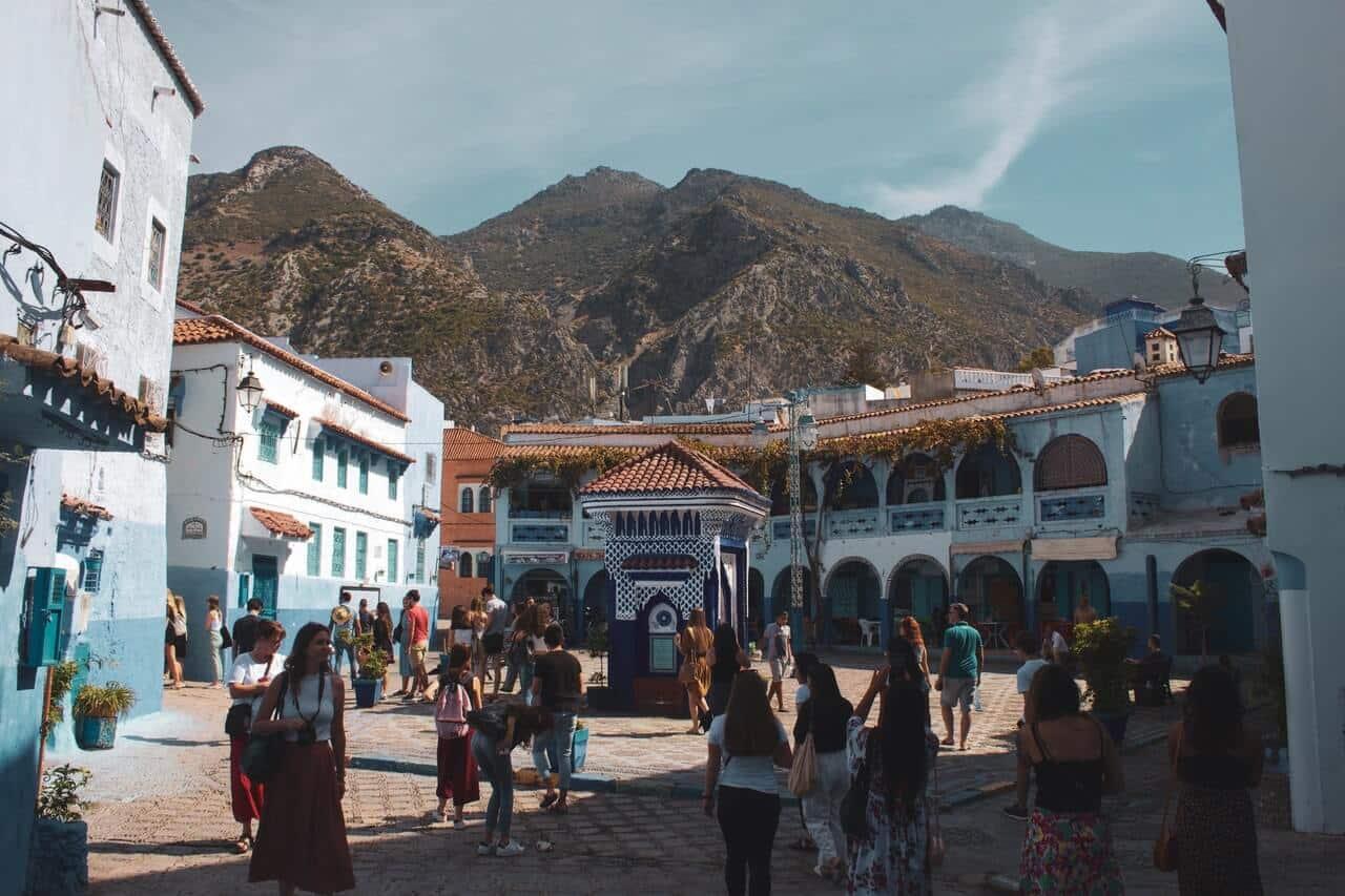 Een plein in Marokko met daarachter een bergketen.