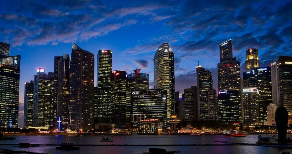 De skyline van Singapore in de avond.