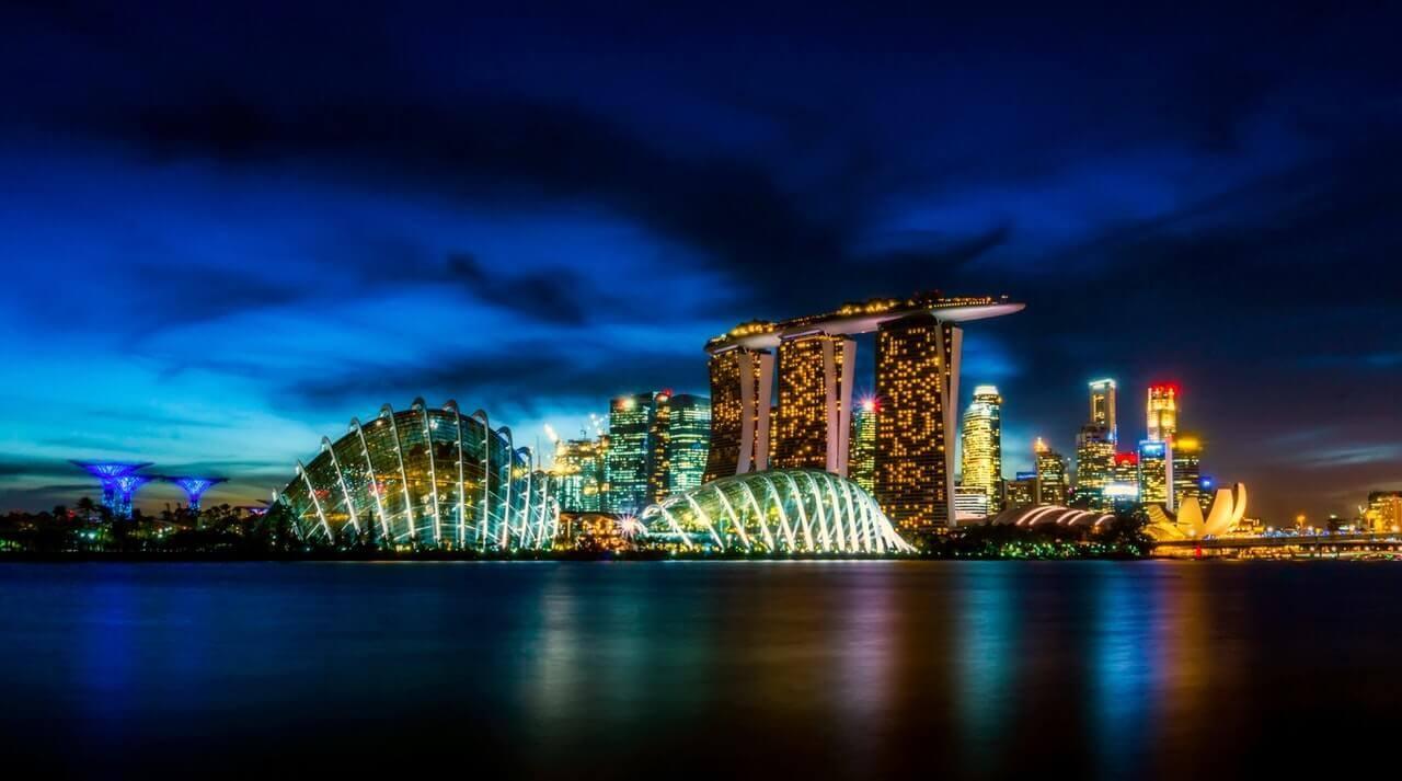 De skyline van Singapore vanaf het water