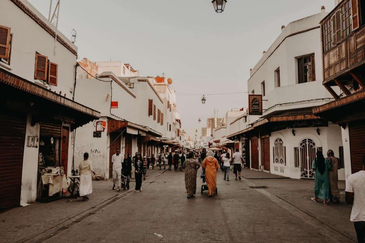 Straat in een Marokkaanse stad met mensen die door de straat lopen