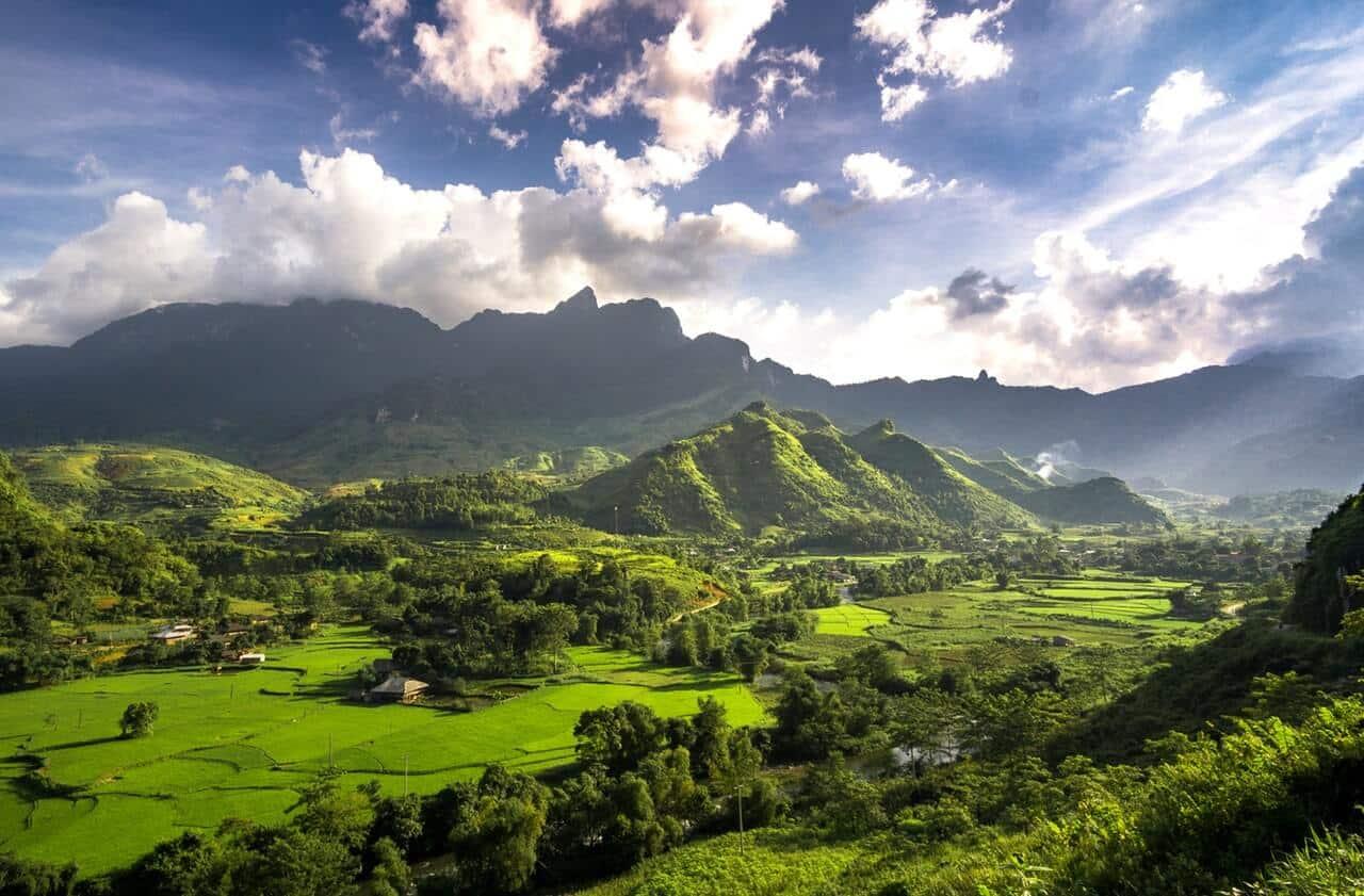 Luchtfoto van de mooie natuur in Vietnam met op de achtergrond bergen.