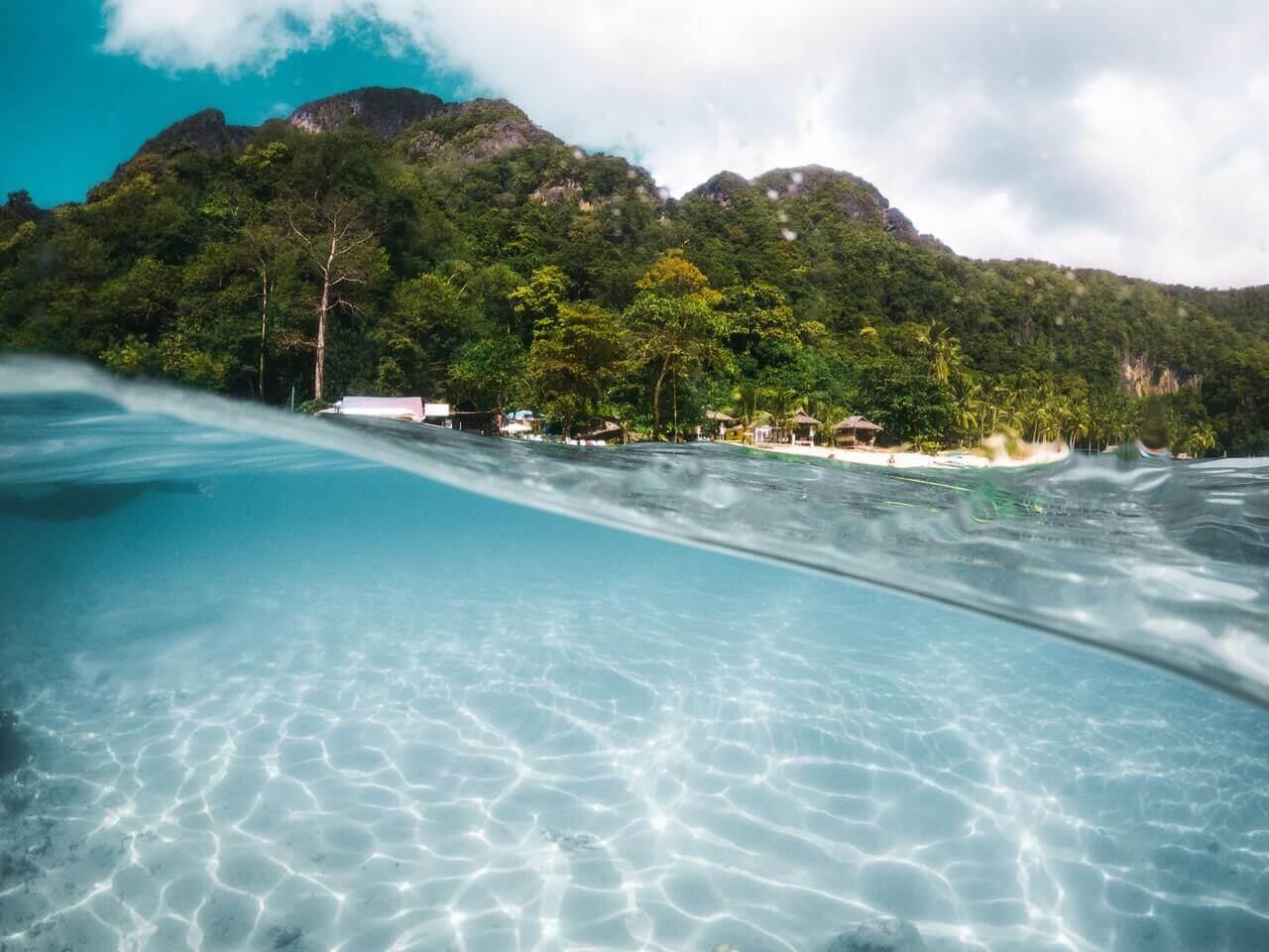 Indonesië vanuit de zee een foto genomen van het strand