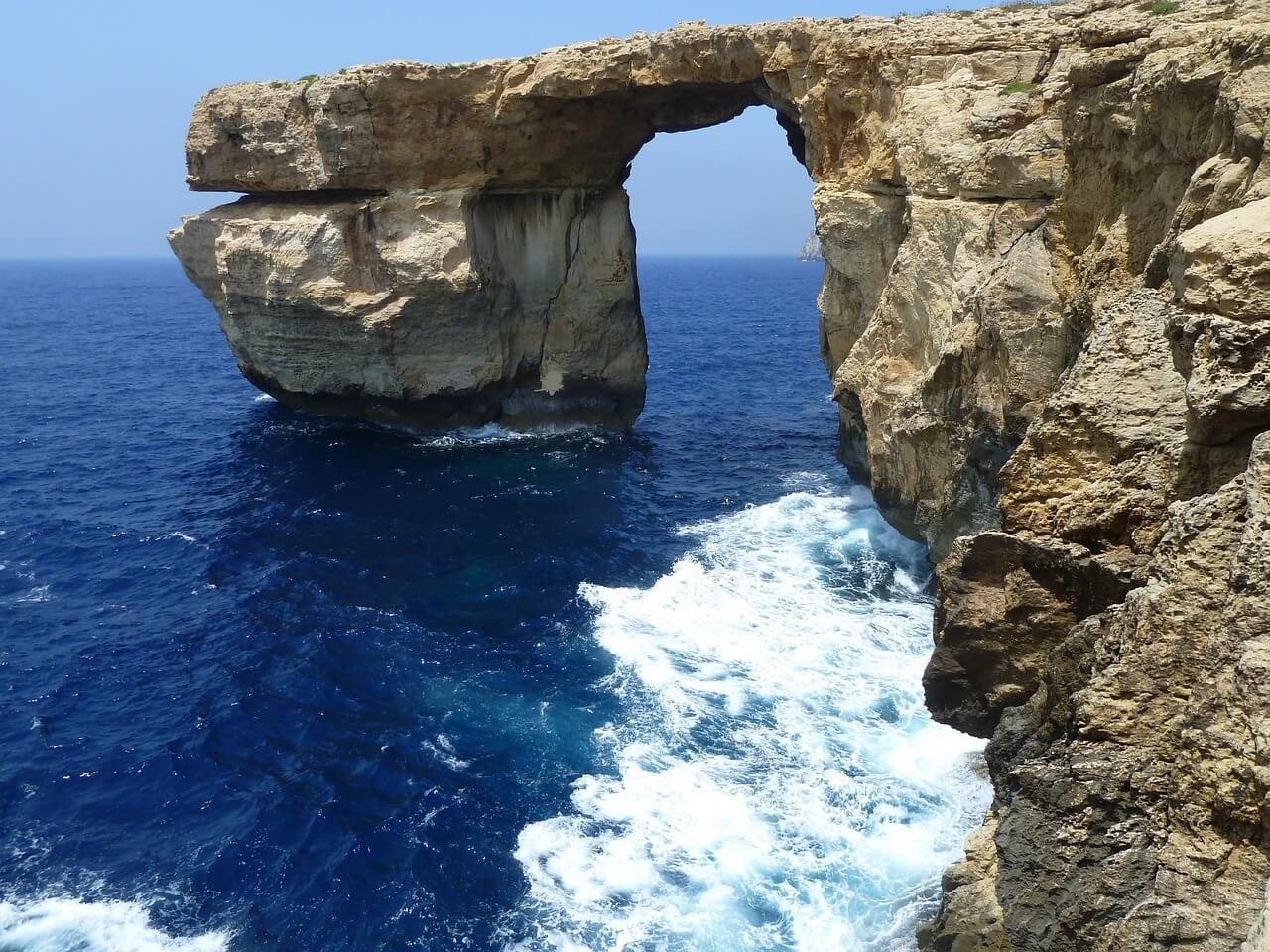 Gozo in Malta aan de zee met blauw water