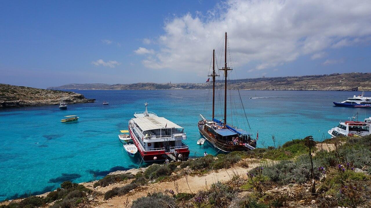 Blue Lagoon in Malta met twee bootjes op de voorgrond