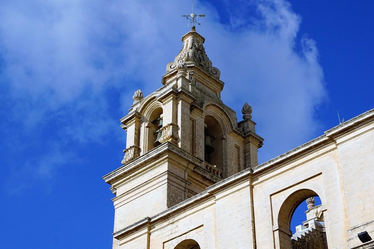 Kerk in Malta met helder blauwe lucht