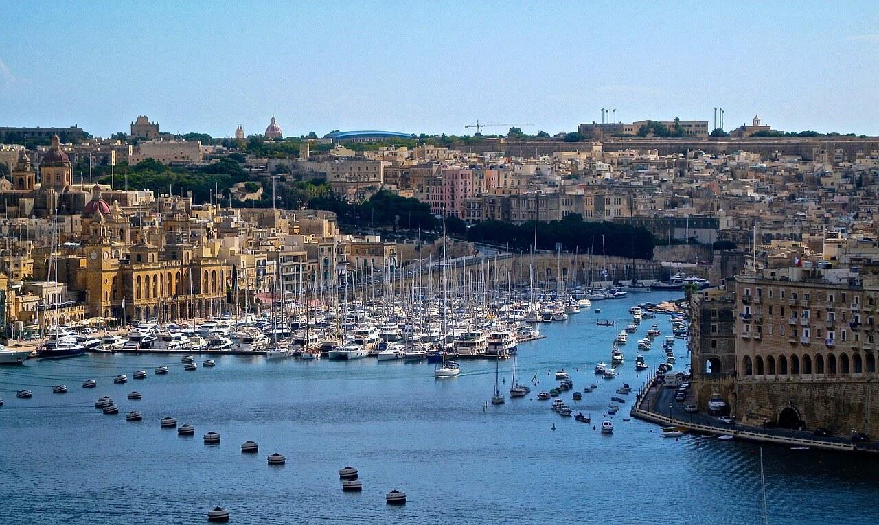 Haven met veel boten en huizen aan het water in Valleta Malta