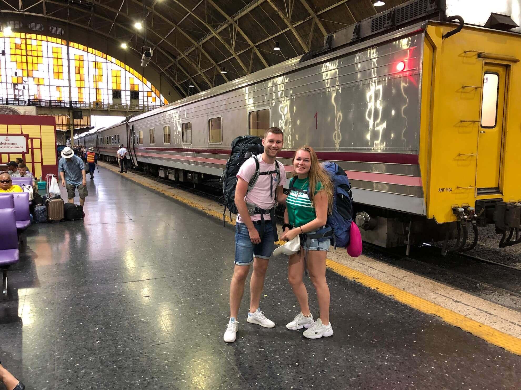 Demi en Mark die met hun backpacks klaar staan om in de trein van Chiang Mai te stappen.