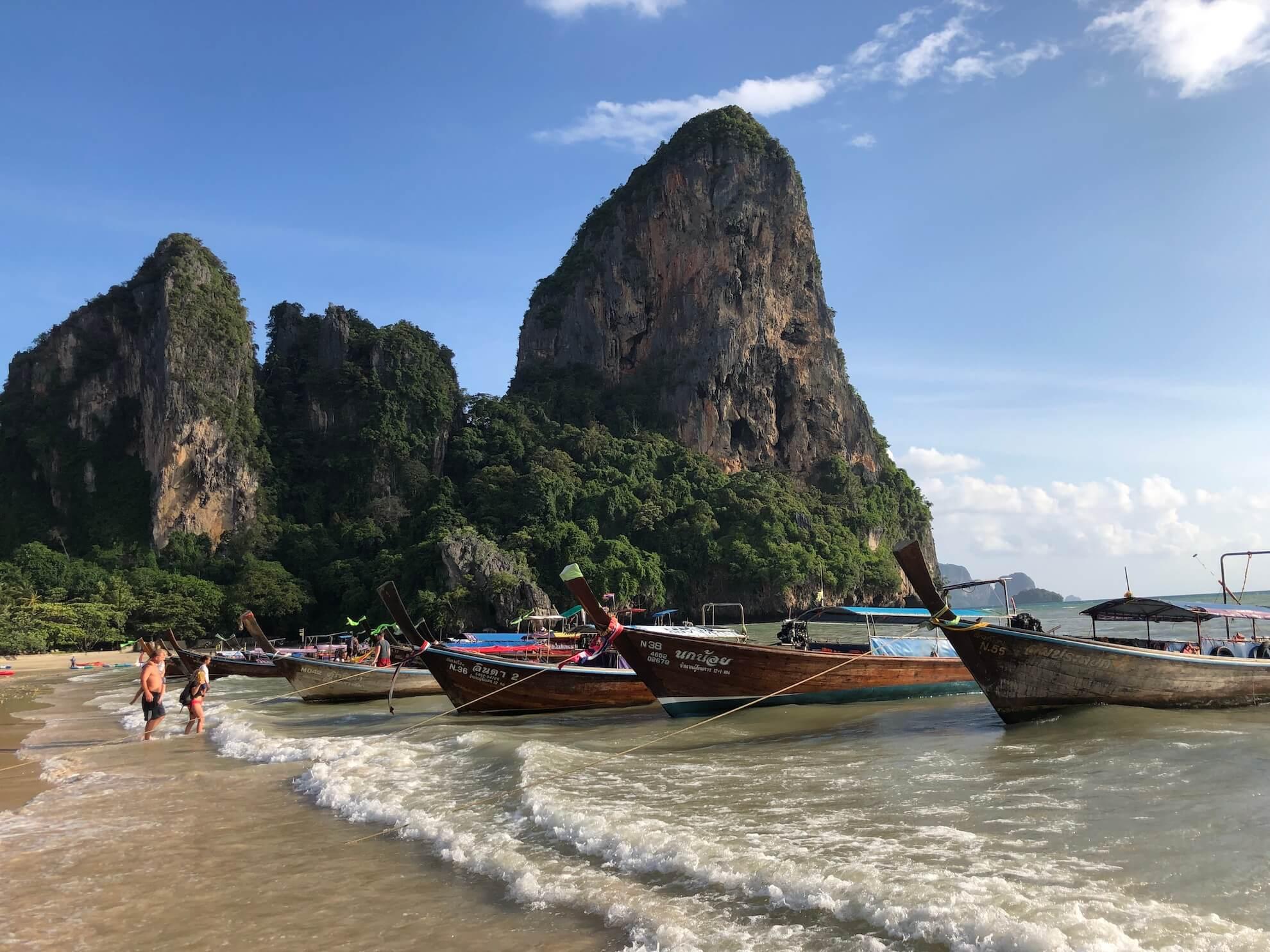Longtailboten in Thailand aan het strand van Railay Beach