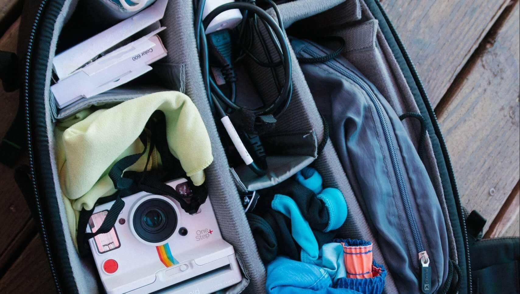 Backpack met verschillende vakken met reisspullen.
