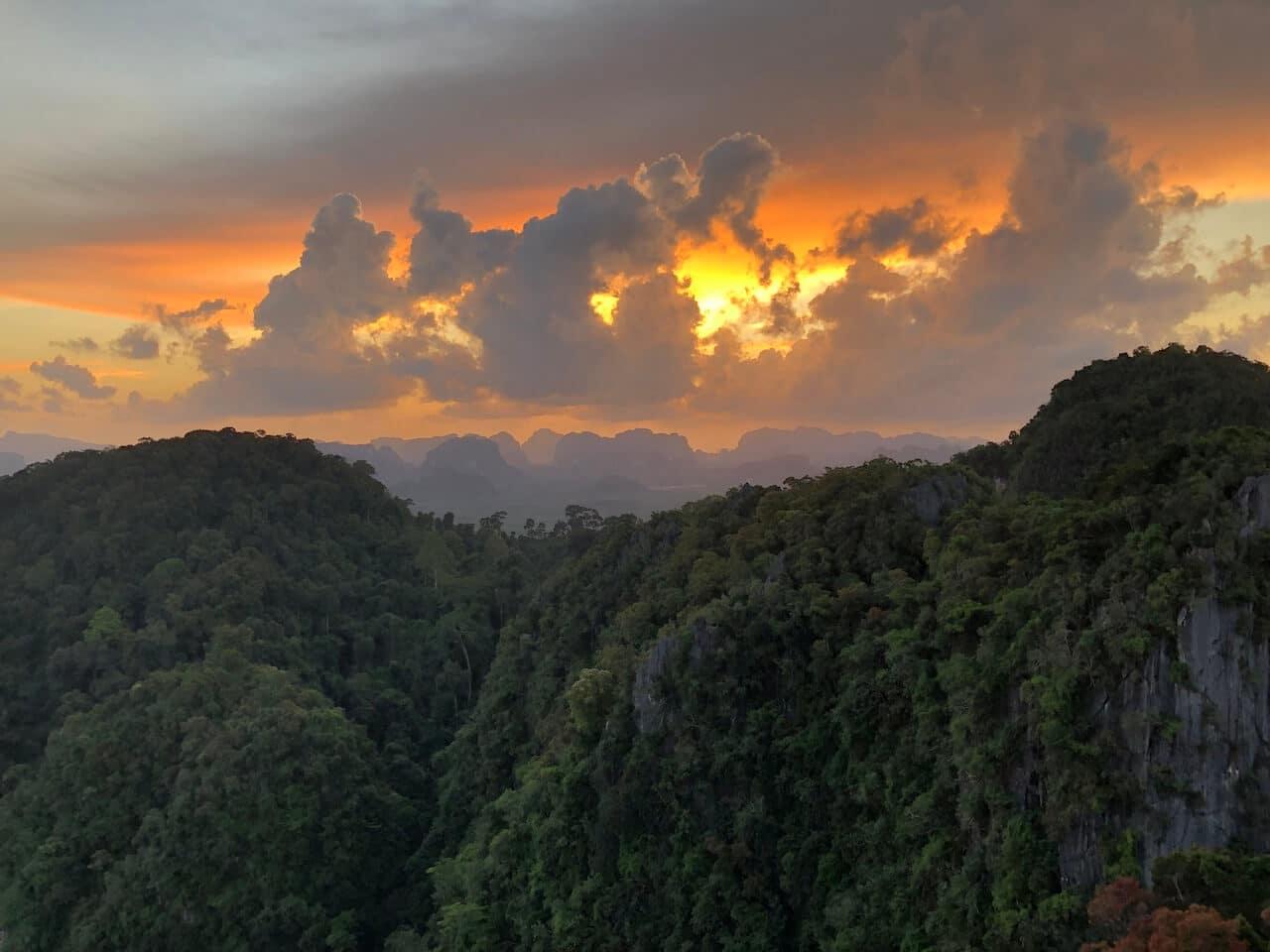 De zonsondergang vanaf de Tiger Cave Temple in Krabi
