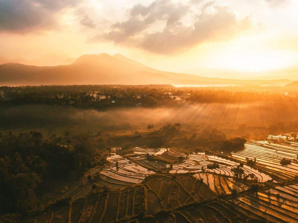 Een luchtfoto van de zonsondergang met de mooie natuur van Indonesië