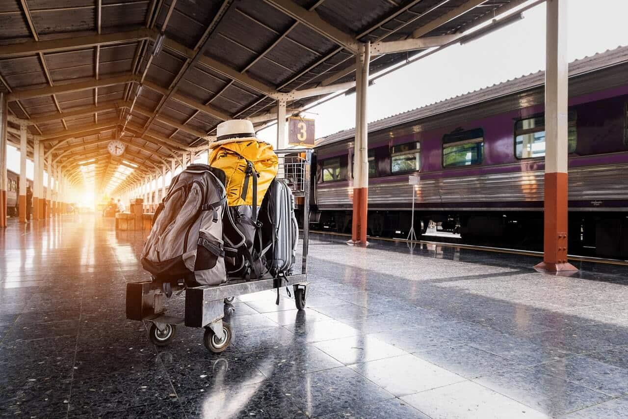 Trolly met backpacks die staat te wachten op het station in Chiang Mai.