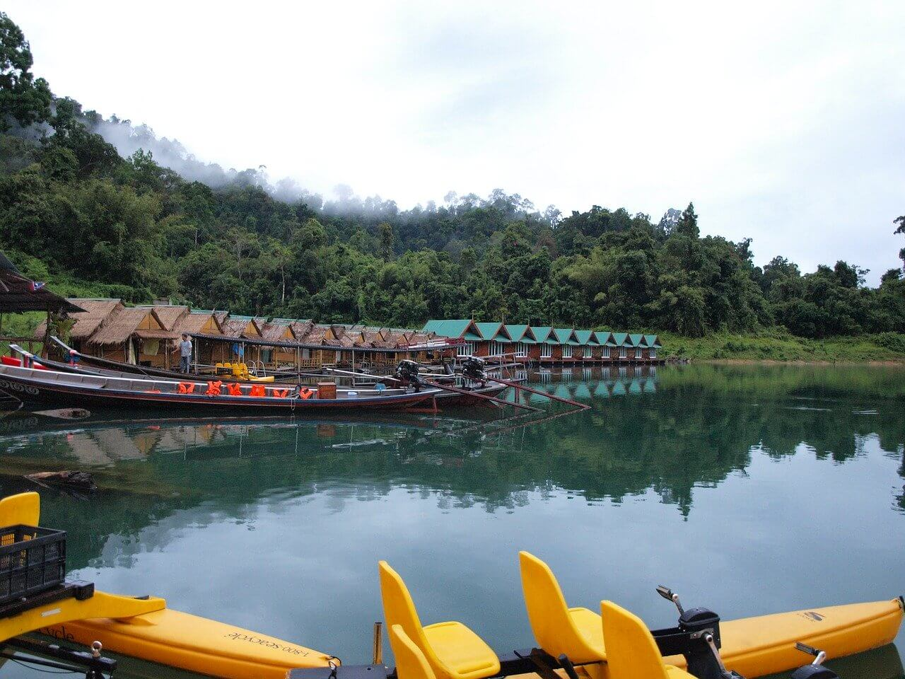 Khao Sok National Park vanaf het water met de huisjes op de achtergrond