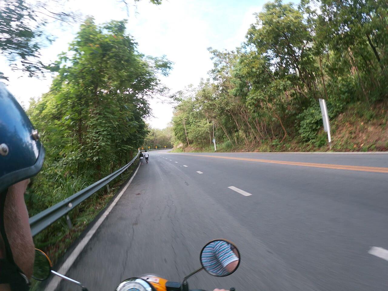 Rijdend op de scooter in Chiang Mai